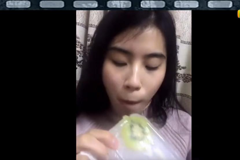 气质典雅妹子吃冰冻猕猴桃